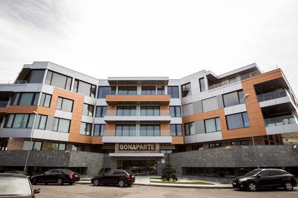 Komplex Bonaparte, kde býva premiér Robert Fico. Byt tu má aj schránková firma z Cypru, hostí Veroniku Bernadičovú, asistentku poslankyne Smeru Ľubice Roškovej.
