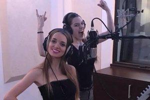 Speváčky Erika Strečková (vľavo) a Petra Hasárová pri nahrávaní singla.