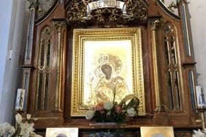 Na snímke milostivý obraz Panny Márie a relikvie svätého Jána Pavla II. a svätého pátra Pia v rímskokatolíckom kostole Ružencovej Panny Márie v Obišovciach.