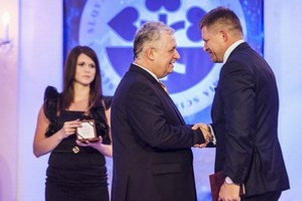 Slovenská akadémia vied tento rok ocenila za podporu vedy aj premiéra Roberta Fica.