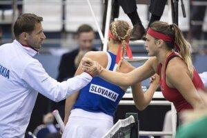 Arina Sobolenková prijíma gratuláciu od kapitána slovenského výberu Mateja Liptáka, v pozadí Anna Karolína Schmiedlová.