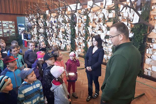 Deti so záujmom počúvali rozprávanie poľovníkov.