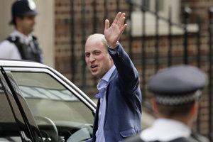 Britský princ William máva pri odchode z nemocnice St. Mary