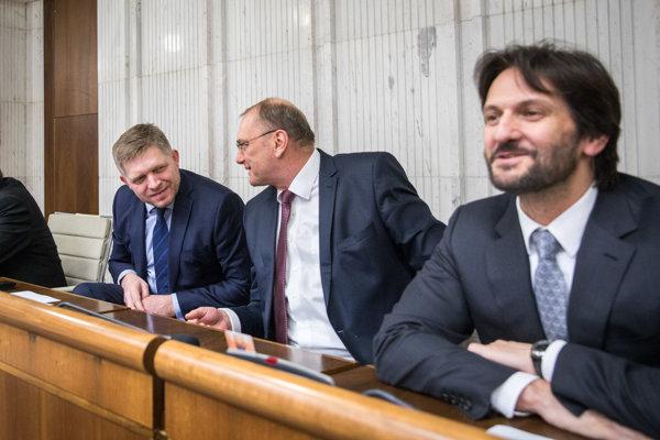 Zľava: Poslanci NR SR za stranu Smer–SD, expremiér Robert Fico, Ľubomír Vážny a exminister vnútra SR Robert Kaliňák v parlamentných laviciach.