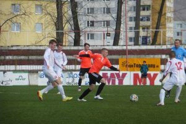 Púchov (v bielom) si odviezol s Topoľčian jeden bod.