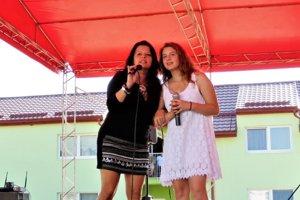 Adriana na vystúpení s Jadrankou (vľavo).