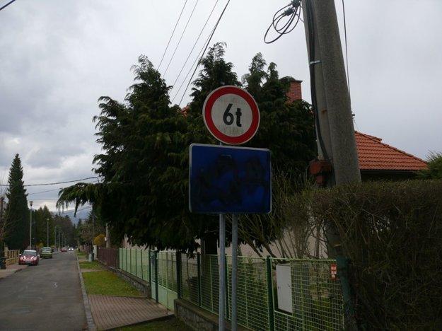 Mojmírova ulica je označená značkou obytná zóna (je začarbaná sprejom), miestni to považujú za chybu.