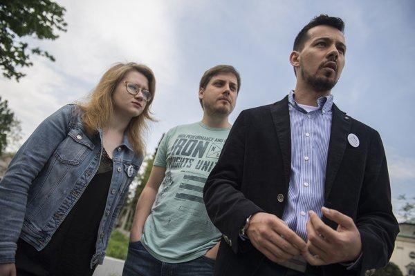 Na snímke zľava zástupcovia z iniciatívy Za slušné Slovensko Karolína Farská, Peter Nagy a Juraj Šeliga.