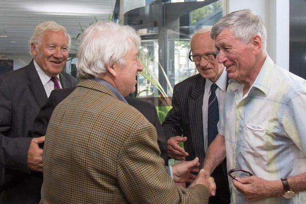 Bývalí slovenskí a českí futbalisti, sprava: Jozef Adamec, Titus Buberník, Václav Mašek a Adolf Scherer počas stretnutia hráčov československej futbalovej reprezentácie z majstrovstiev sveta (MS) v Čile, kde v roku 1962 získali strieborné medaily.