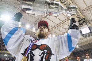Na snímke hokejista HC'05 iClinic Banská Bystrica dvíha nad hlavu majstrovskú trofej po víťazstve nad HK Dukla Trenčín.