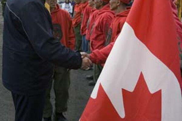Kanadský premiér (vľavo) v zálive Resolute Bay.