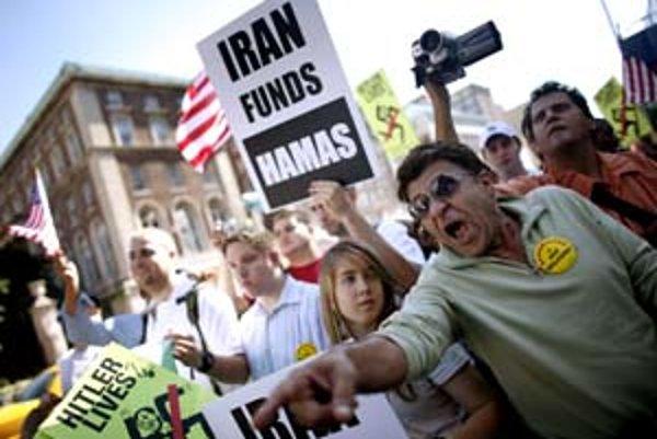 Prejav iránskeho prezidenta Mahmúda Ahmadínedžáda na Kolumbijskej univerzite v New Yorku vyvolal veľké napätie. Na snímke kričí Ariel Shaeban, iránsky emigrant žijúci v New Yorku, na prezidentových prívržencov.