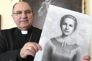 Na snímke košický arcibiskup a metropolita Mons. Bernard Bober s portrétom Anny Kolesárovej.