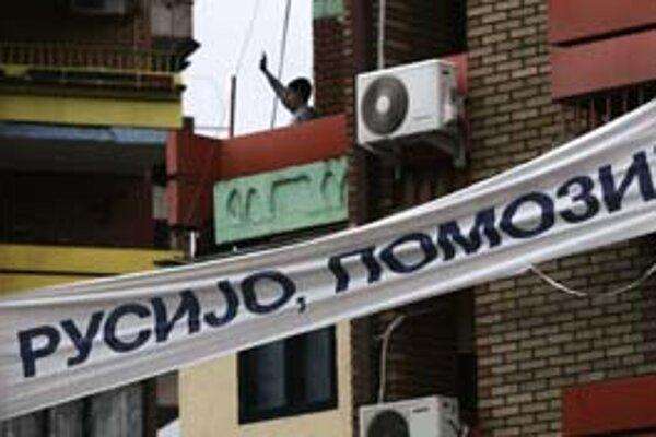 Rusko pomôž, volá nápis kosovských Srbov v etnicky rozdelenom meste Mitrovica.