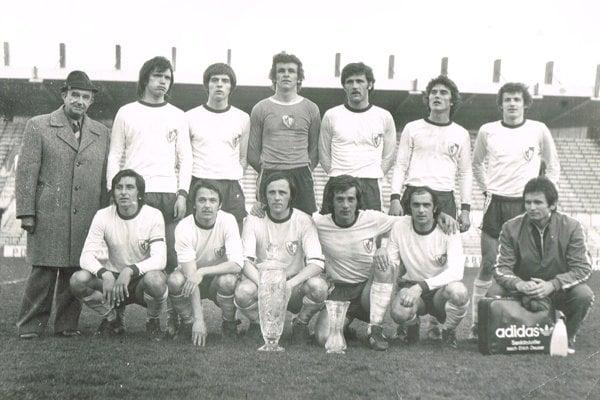 Jednota Trenčín – víťaz Slovenského pohára 1977/78. Horný rad zľava: tajomník Blanár, Janiš, Moravčík, Kišša, Labay, Koronczi, Ančic. V podrepe zľava: Hollý, Gerhát, Rusnák, Lišaník, Kovács, masér Malec.