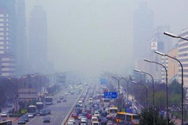 Od štvrtka je nad Pekingom hustý smog, ktorý vyhnal hodnoty znečistenia ovzdušia vysoko nad prijateľnú hranicu. Športovci sa obávajú, že zlý vzduch môže ovplyvniť ich výkony počas olympiády.