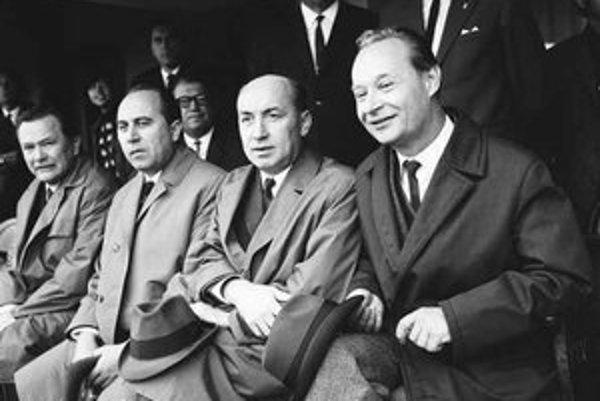 Alexander Dubček a predseda vlády Oldřich Černík v júni 1968 na futbalovom zápase.