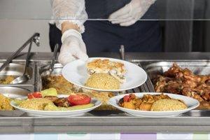 Je na rozhodnutí firmy, ako zabezpečí stravovanie zamestnancov.