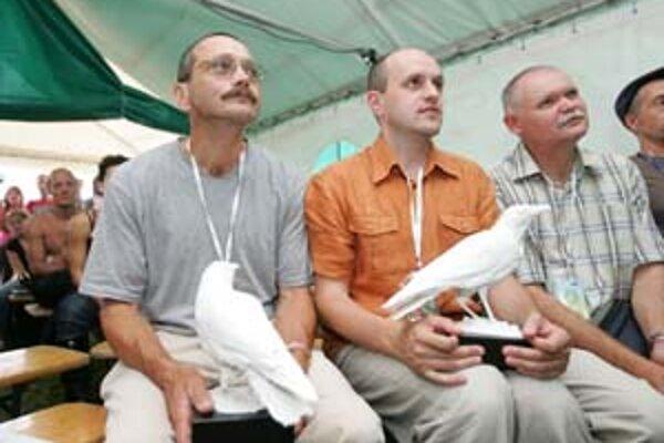 Alexander Mojš (vľavo) na udelení ceny Biela vrana.