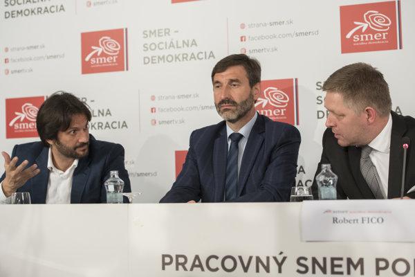 Zľava podpredsedovia strany Robert Kaliňák, Juraj Blanár a predseda strany SMER-SD Robert Fico.