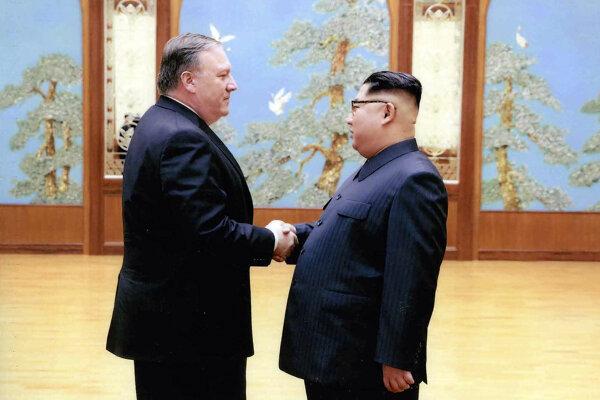 Šéf CIA Mike Pompeo a severokórejský vodca Kim Čong-un.