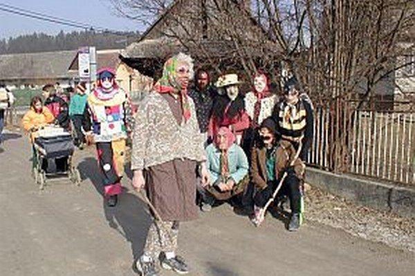 Fašiangový sprievod v Domaniži v roku 2003.