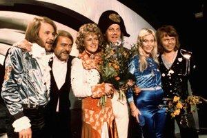 Na archívnej snímke zo 6. apríla 1974  členovia švédskej skupiny ABBA a blízki spolupracovníci sa tešia z víťazstva v Eurovíznej pesničkovej súťaže v Brightone. Štyria členovia skupiny ABBA Benny Andersson (vľavo), Annifrid Lyngstadová (tretí zľava), Agnetha Fältskogová (druhá sprava) a Björn Ulvaeus (vpravo), ktorí zvíťazili s piesňou Waterloo, sú najúspešnejší víťazi súťaže. Svojím triumfom odštartovali svoju celosvetovú kariéru.