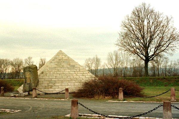 Na mieste leteckej havárie pri Ivanke pri Dunaji navrhol architekt Dušan Jurkovič mohylu M. R. Štefánika.