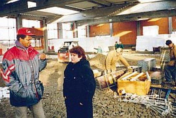 Projektová manažérka Ing. Helena Pohanková a stavebný technik Ing. Phampille Diko, rodák z Burundi, počas výstavby jedného z bratislavských obchodných domov v minulom desaťročí.