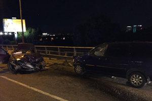 Šoféra z totálne zdemolovaného BMW museli vytiahnuť hasiči pomocou hydraulického náradia. Napriek snahe záchranárov zomrel na mieste.