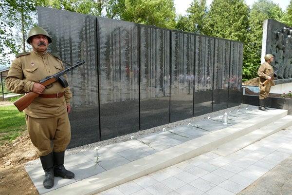 Pamätná tabuľa s menami vojakov, ktorí padli v 2. svetovej vojne a sú pochovaní na vojenskom cintoríne na Bôriku.