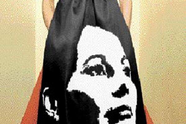 Modelka predvádza kreáciu s podobizňou francúzskej prezidentskej kandidátky Ségole`ne Royalovej z dielne Gattinoni.