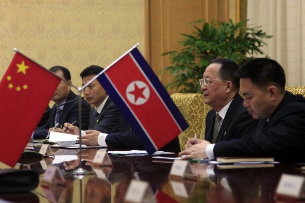 Severokórejský minister zahraničia Ri Jong-ho (druhý sprava) na rokovaní so šéfom čínskej diplomacie Wangom.