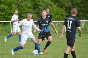 V zápase Nová Dedina sa body delili až po góle v poslednej minúte, keď na konečných 2:2 vyrovnával Roman Kmeť.