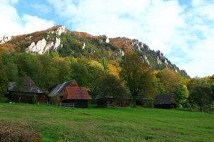 Vrchárska osada dnes turistom pripomína dedinku zo starej rozprávky.
