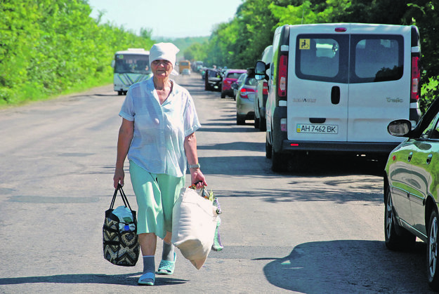 Žena z obce Kirovskoje, teda z územia, ktoré kontrolujú proruskí separatisti. Radšej tie štyri kilometre do Arťomovska pôjde pešo.