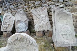Kamenné plastiky vytvorené na plenéroch v Oravskom Bieleom Potoku.