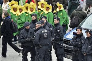 V uliciach mesta je nasadený väčší počet policajtov.