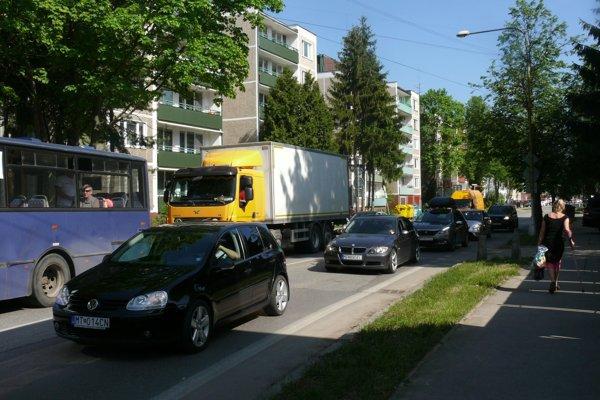 Ľudia na Mudroňovej ulici si vydýchnu. Autá popod ich okná budú mať plynulejší prejazd.