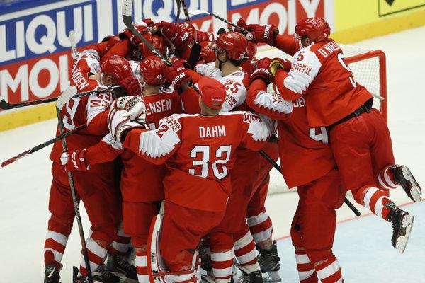Dánski hokejisti sa radujú z víťazstva.