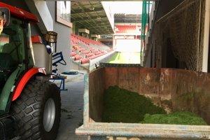 Štadión je na veľký zápas pripravený.