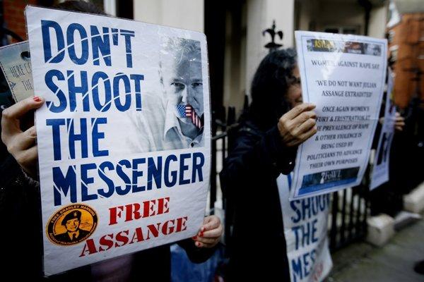 Demonštranti pred ekvádorským veľvyslanectvom v Londýne, kde sa Julian Assange zdržuje, žiadajú jeho prepustenie.