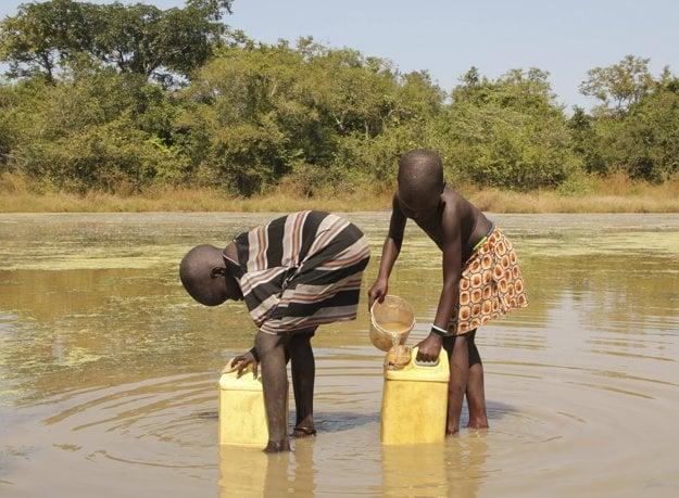 Filtre na vodu sú kľúčové pri boju s červom. Tento záber je z Južného Sudánu.
