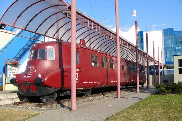 Motorové vozy M 290.0 (Slovenská strela) vyrobila Tatra Kopřivnice.