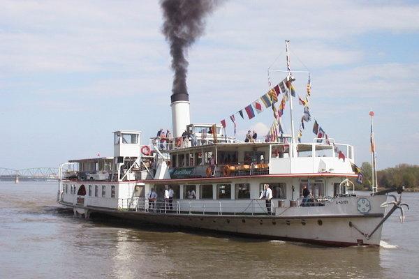 Parník Schönbrunn spoločnosti Erste Donau Dampfschiffahrts Gesselschaft sa používa na historické plavby.