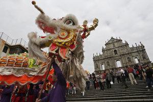 Dračí tanec pred fasádou zrútenej katedrály sv. Pavla v Macau.