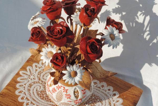 Medovníkové sú kvety, váza, podstavec aj obrúsok.