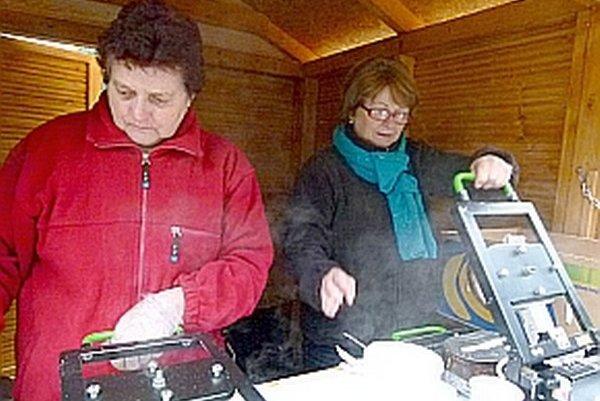 Upiecť chrumkavú dobrotu prišli aj do Ilavy. Na fotke Emília Pagáčová (vľavo) a Marta Chupačová (vpravo).