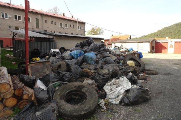 Vyzbieraný odpad odniesli za obecný úrad.