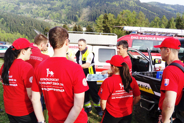 Rozdeľovanie úloh pred pátraním. Pomáhali aj členovia Kynologická záchranná brigáda z Považskej Bystrice.